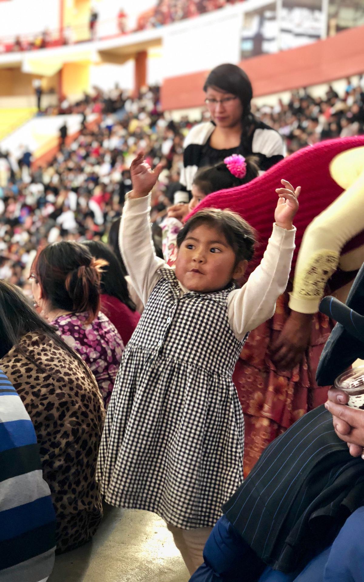 Niños durante la visita Presidente Nelson