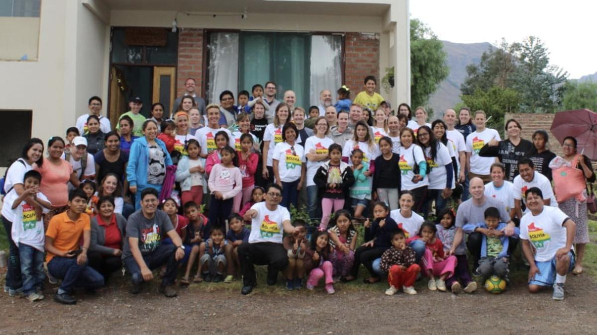 Después de 20 años, misioneros regresan a Bolivia donde sirvieron sus misiones.d