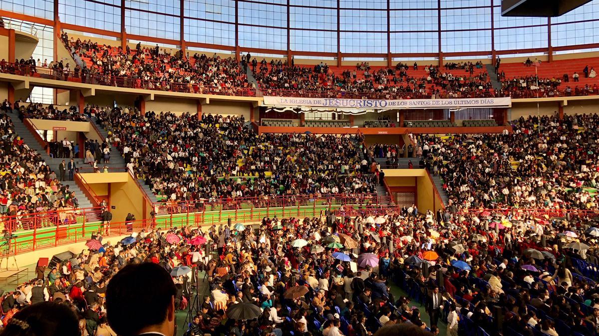Multitudes llenan el Polideportivo Héroes para la visita del Presidente Nelson