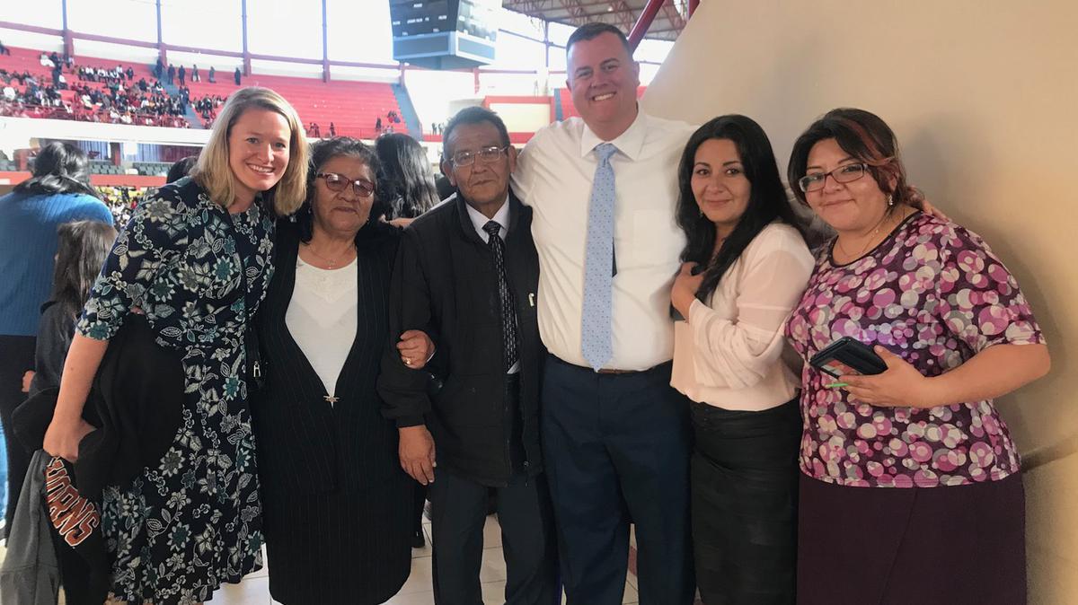 Celestino Orellana y Tommy Upshaw con otros miembros SUD en Bolivia