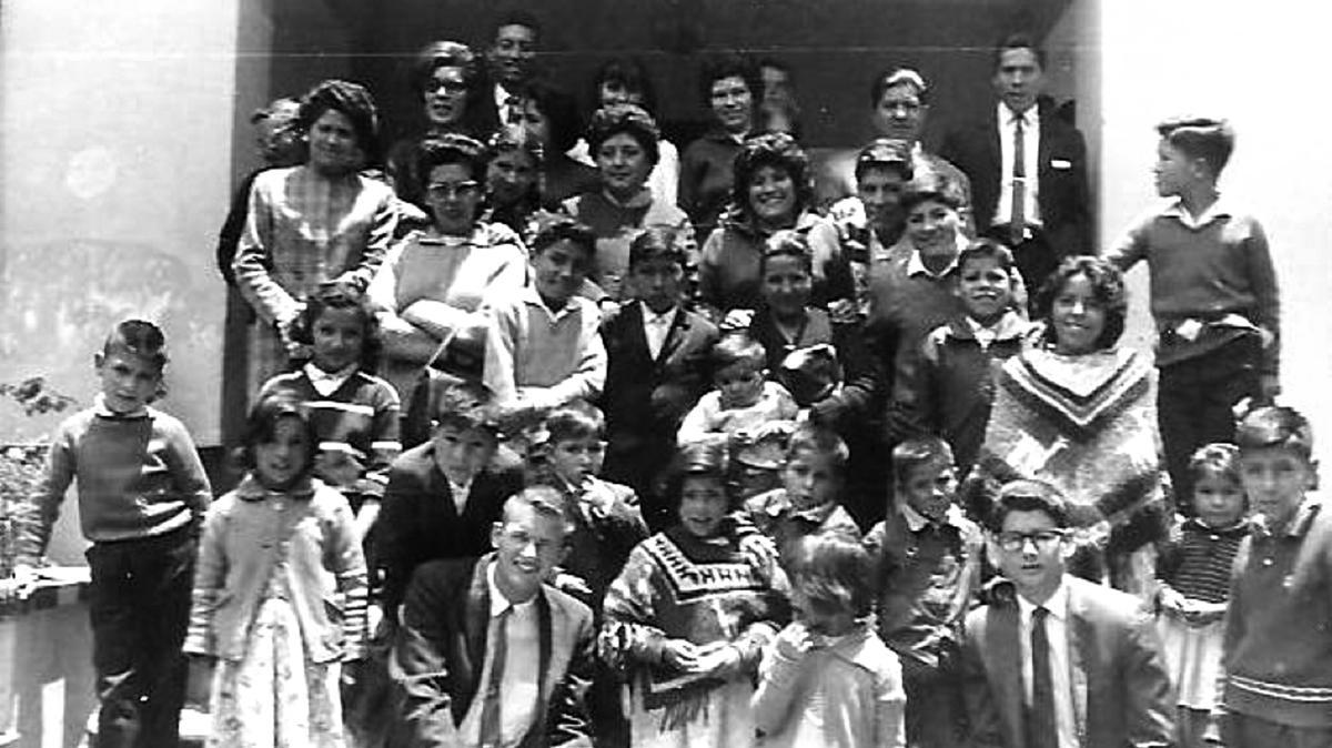 Grupo de miembros de la primera rama de la Iglesia en La Paz, Bolivia
