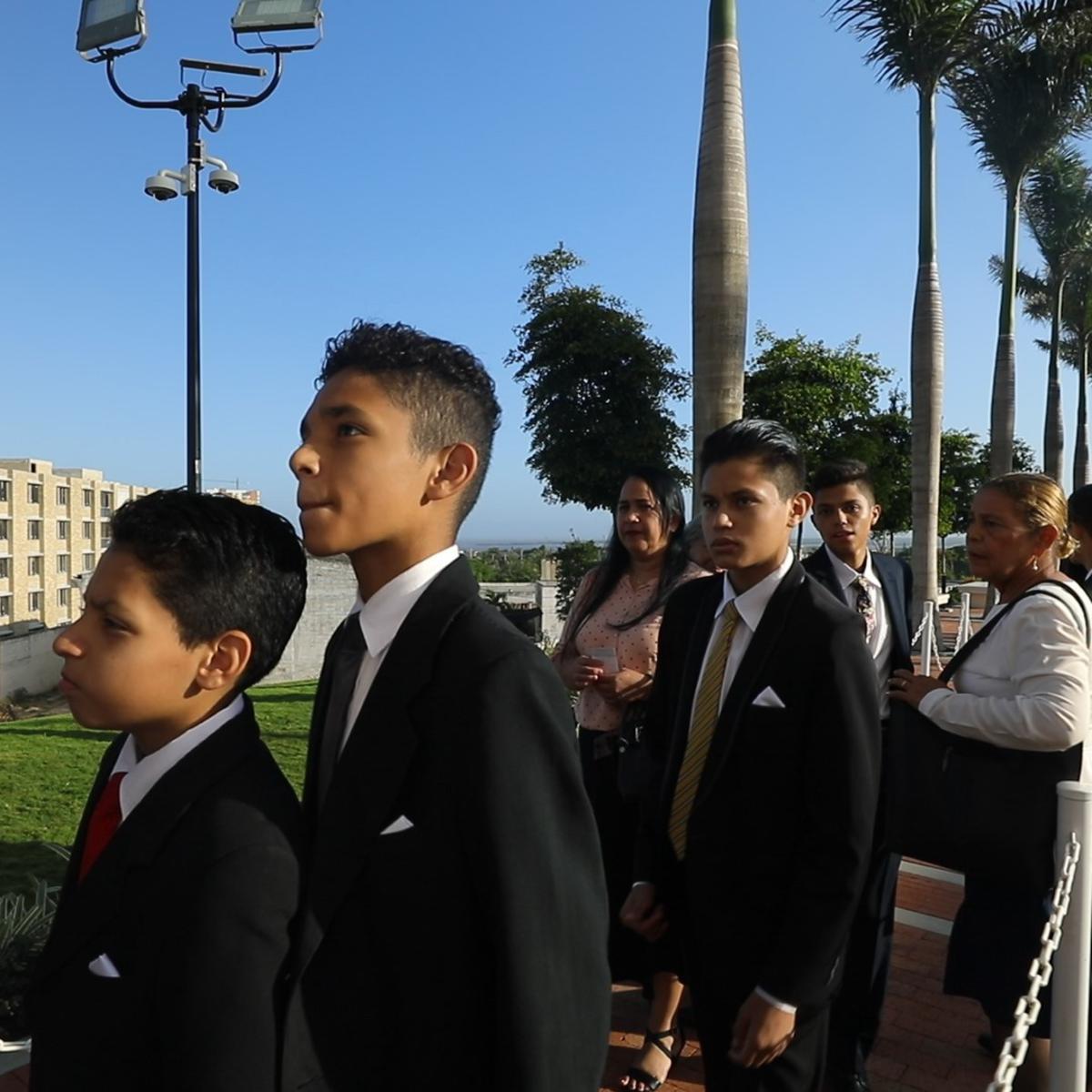 Miembros SUD al templo SUD de Barranquilla