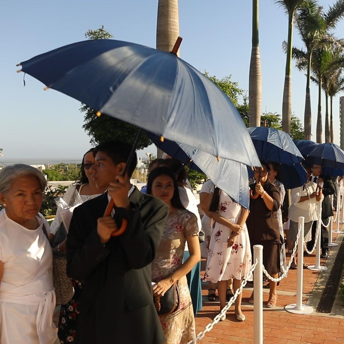 Miembros SUD haciendo cola al esperar la dedicación del templo de Barranquilla.
