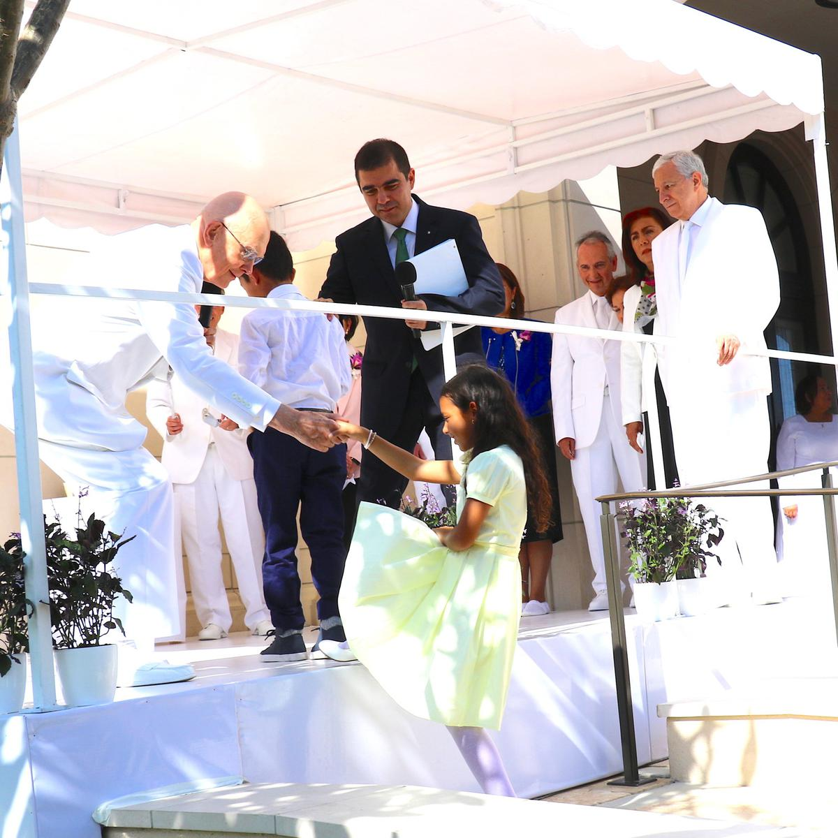 Presidente Oaks ayuda a Jocelyn Rodriguez subir al escenario.