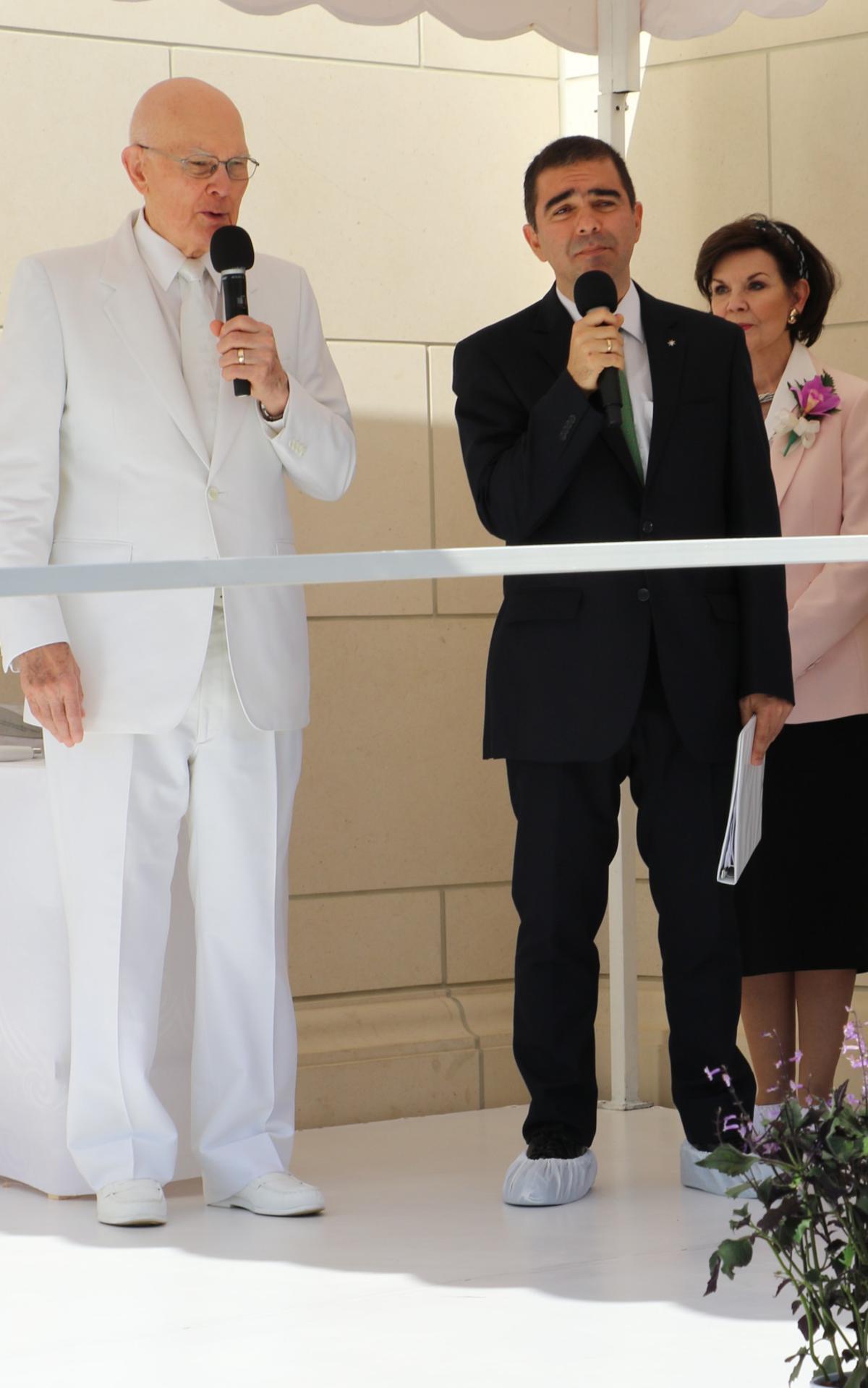 Presidente Oaks da la bienvenida a la dedicación del templo de Barranquilla, Colombia.