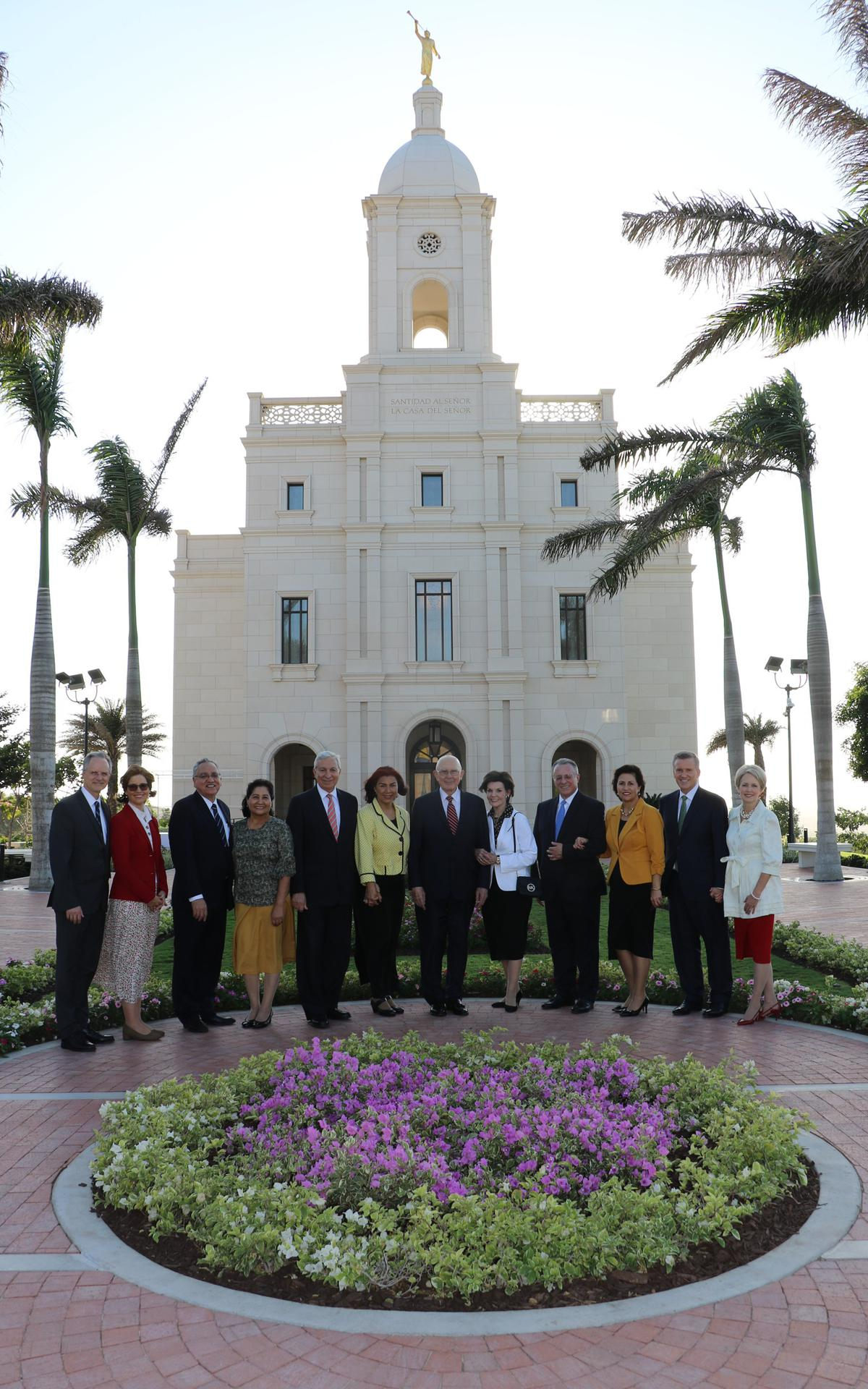 Autoridades generales visitantes en frente del templo de Barranquilla, Colombia