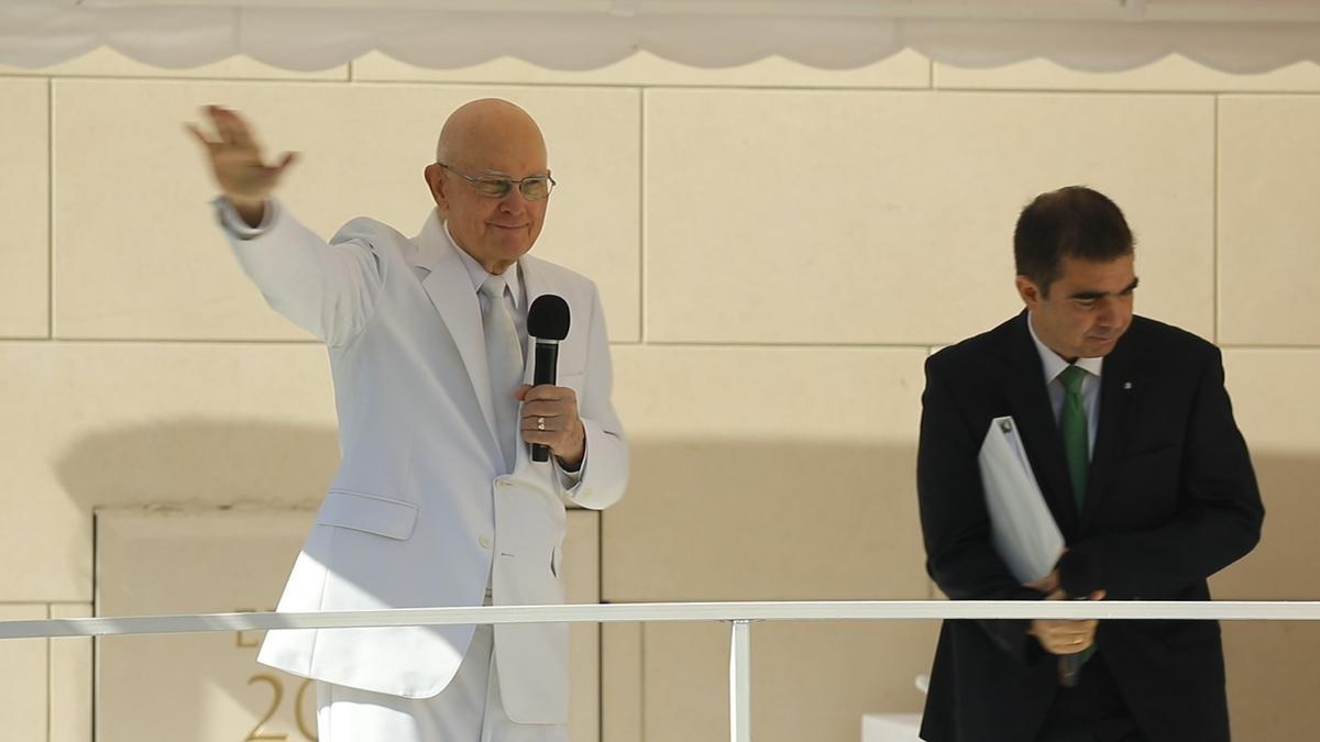 Presidente Oaks saluda al público durante la dedicación del templo en Colombia.