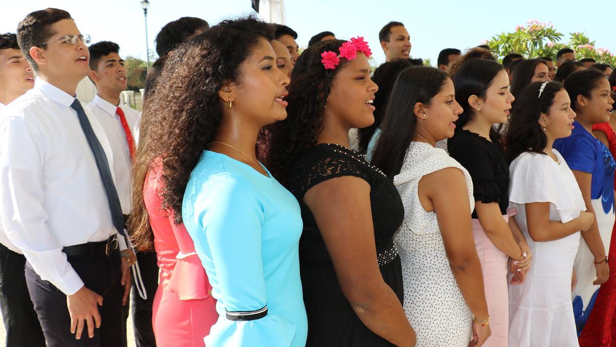 Un coro canta a la ceremonia de la dedicación del templo en Colombia
