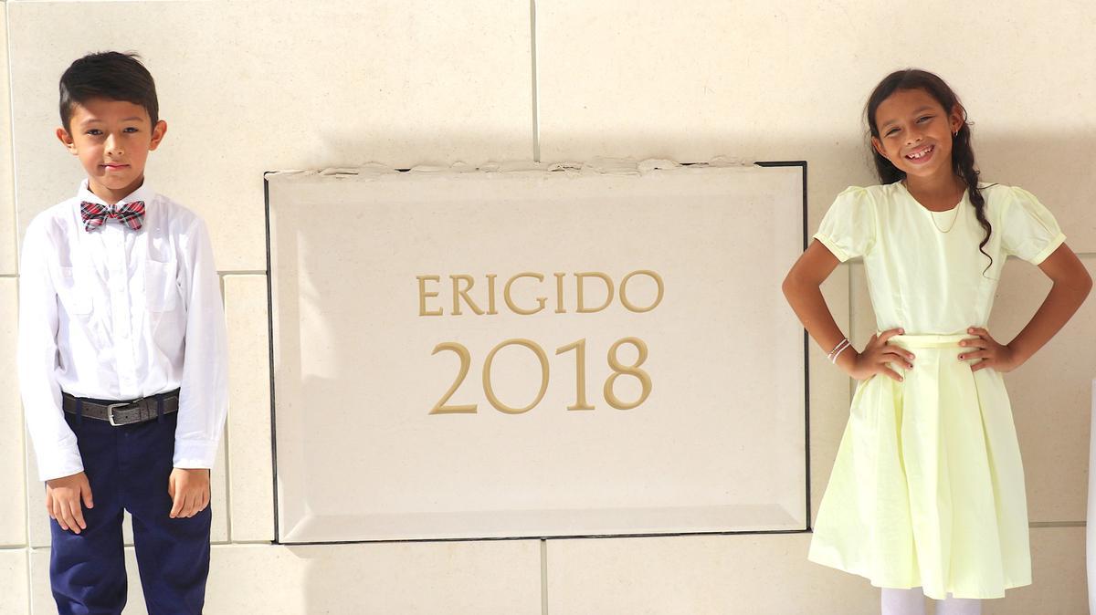 Martín Garzón y Jocelyn Rodríguez representaron a la juventud colombiana en la colocación de mortero en la piedra angular del Templo de Barranquilla, Colombia, el 9 de diciembre de 2018.