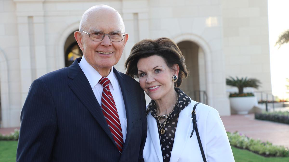 Presidente Oaks y su esposa al templo en Barranquilla