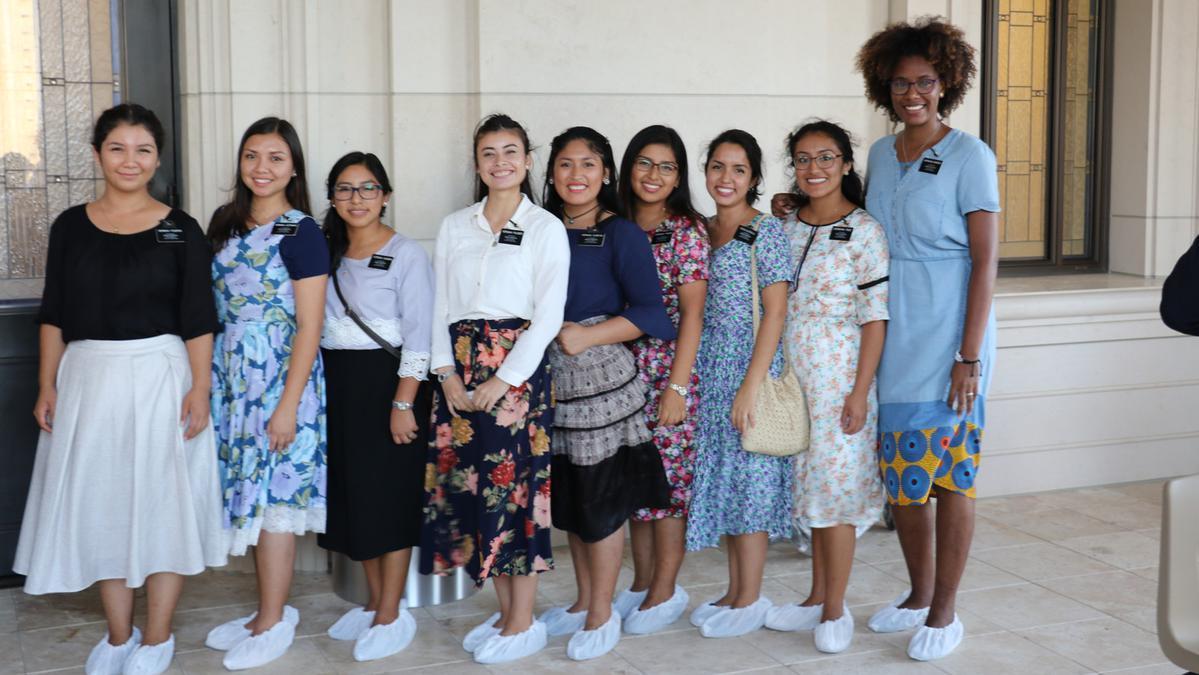 Las misioneras SUD esperando fuera del templo de Barranquilla, Colombia.