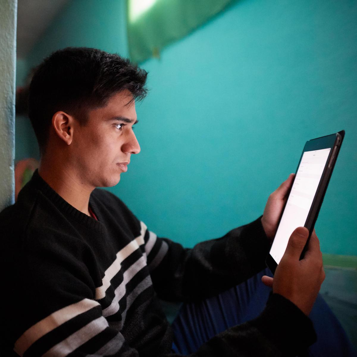 Joven leyendo la versión digital del Libro de Mormón