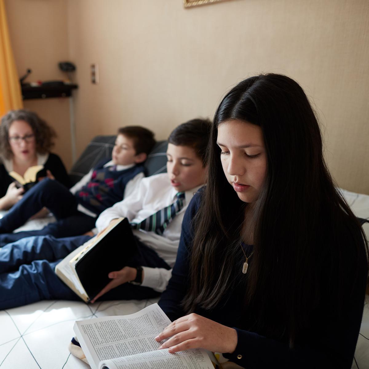 Familia leyendo Libro de Mormón