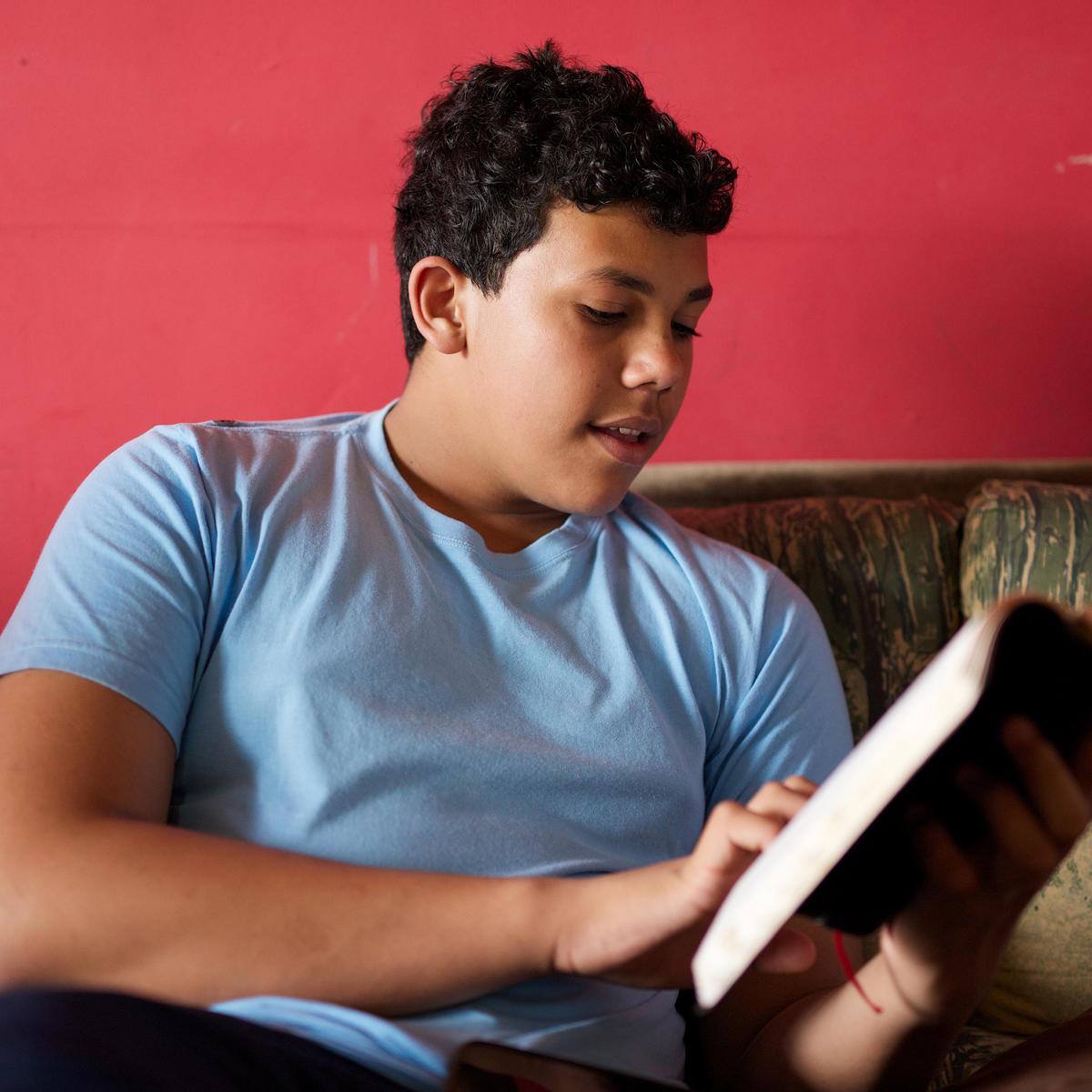 Chico leyendo el Libro de Mormón