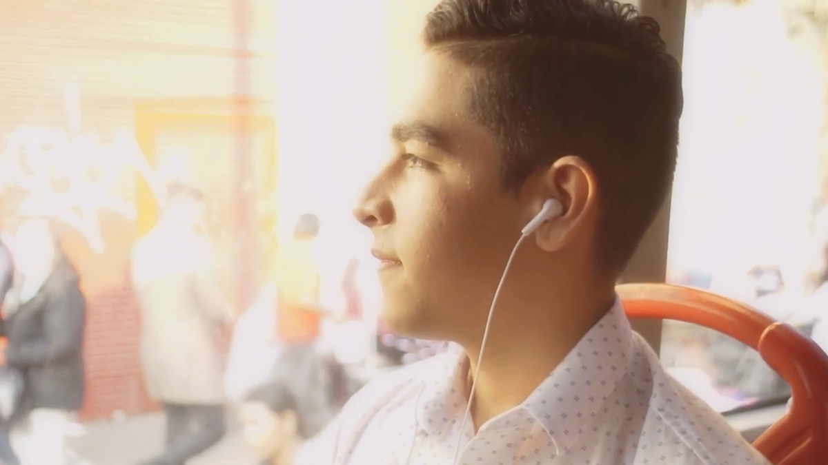 Jóven escuchando música con auriculares