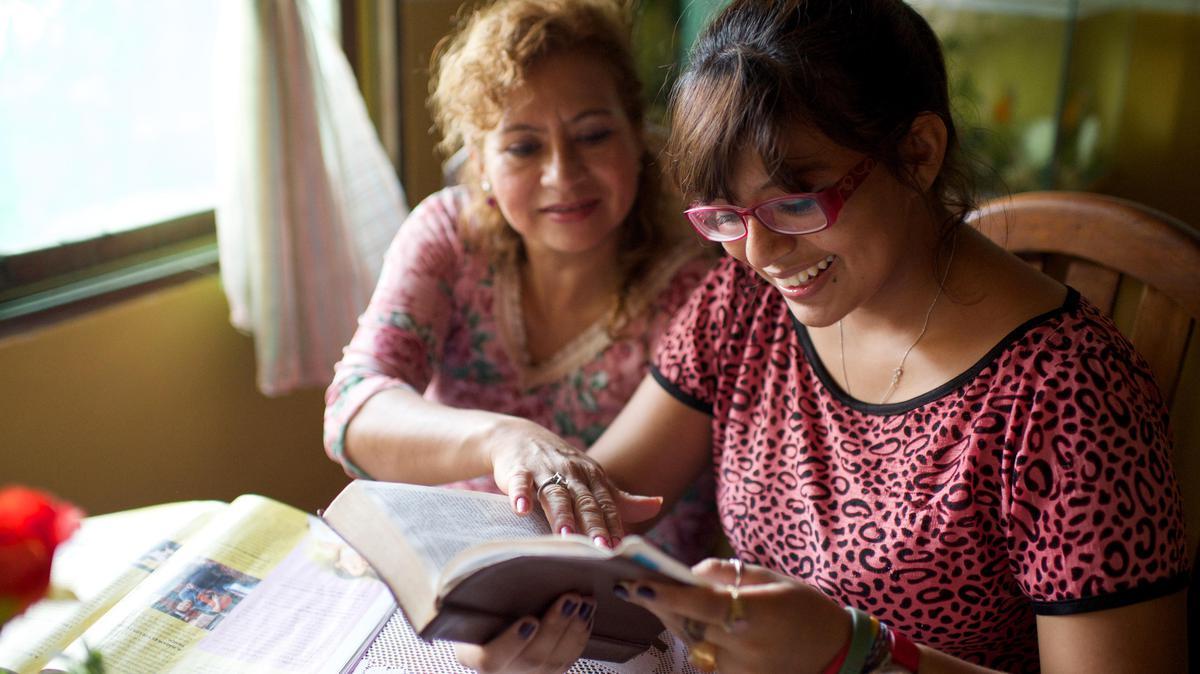 Madre e hija estudiando el Libro de Mormón