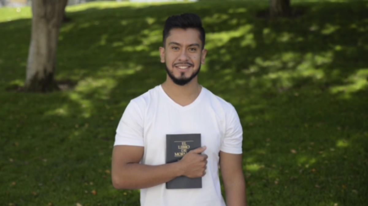Hombre SUD con el Libro de Mormón