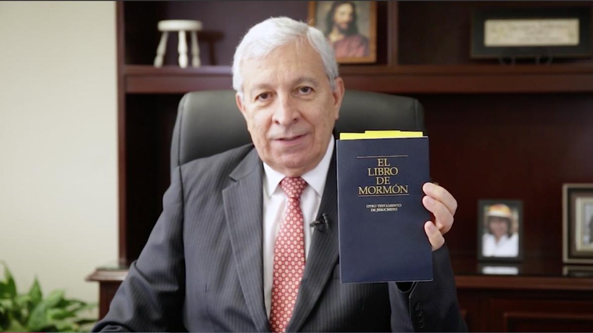 El élder Falabella invita a leer el Libro de Mormón