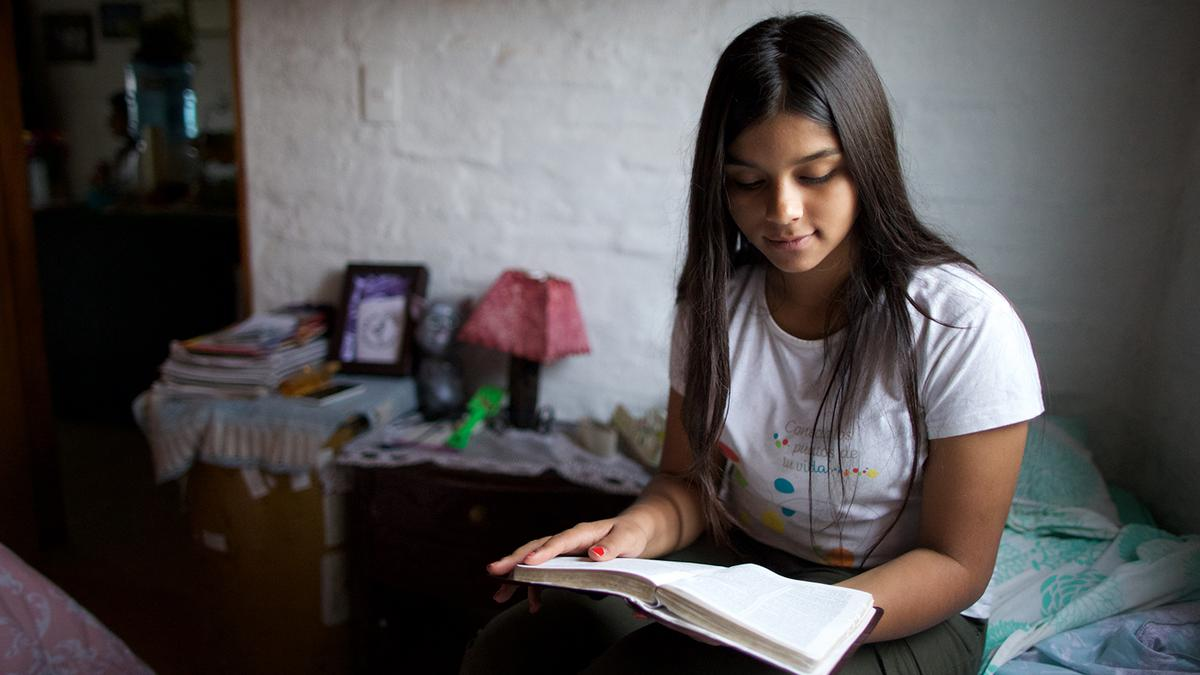 Joven leyendo Libro de Mormón