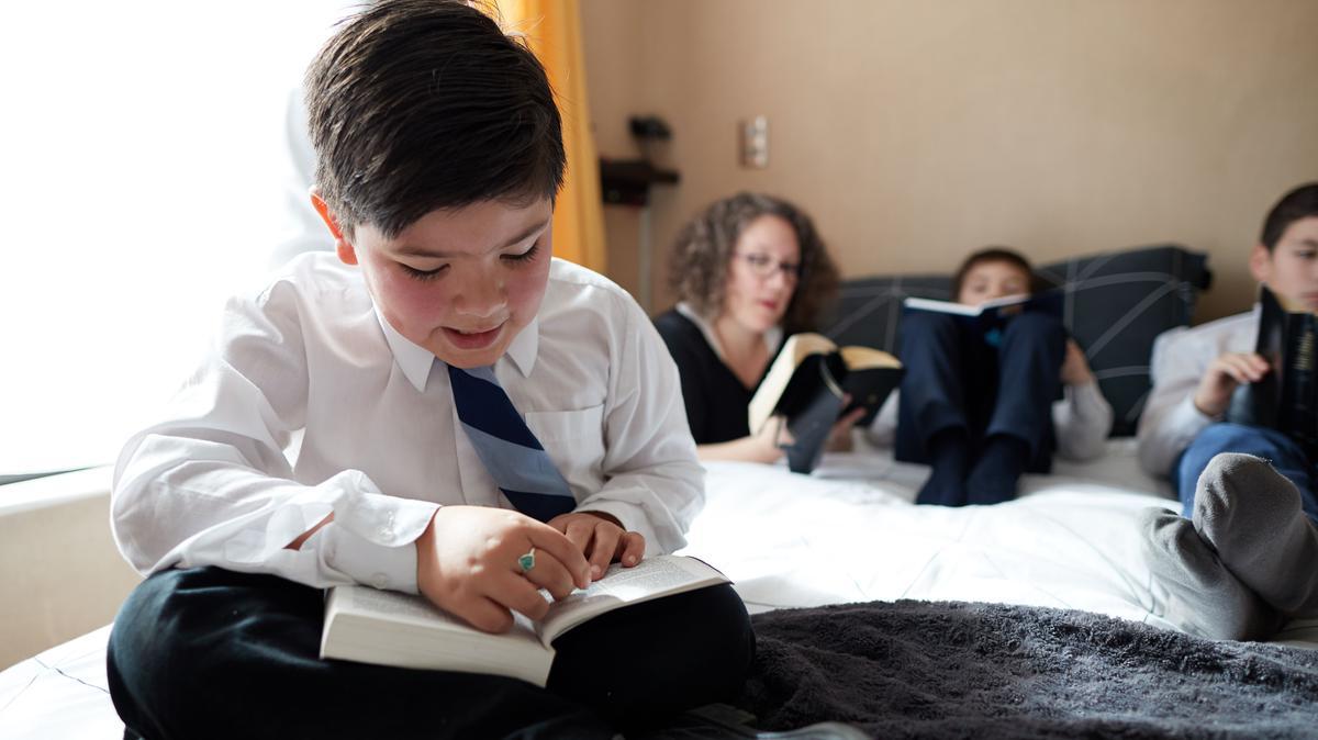 Niño leyendo el Libro de Mormón