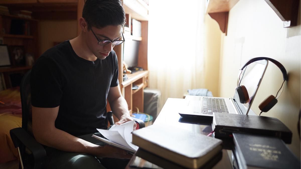 Adolescente estudiando el Libro de Mormón