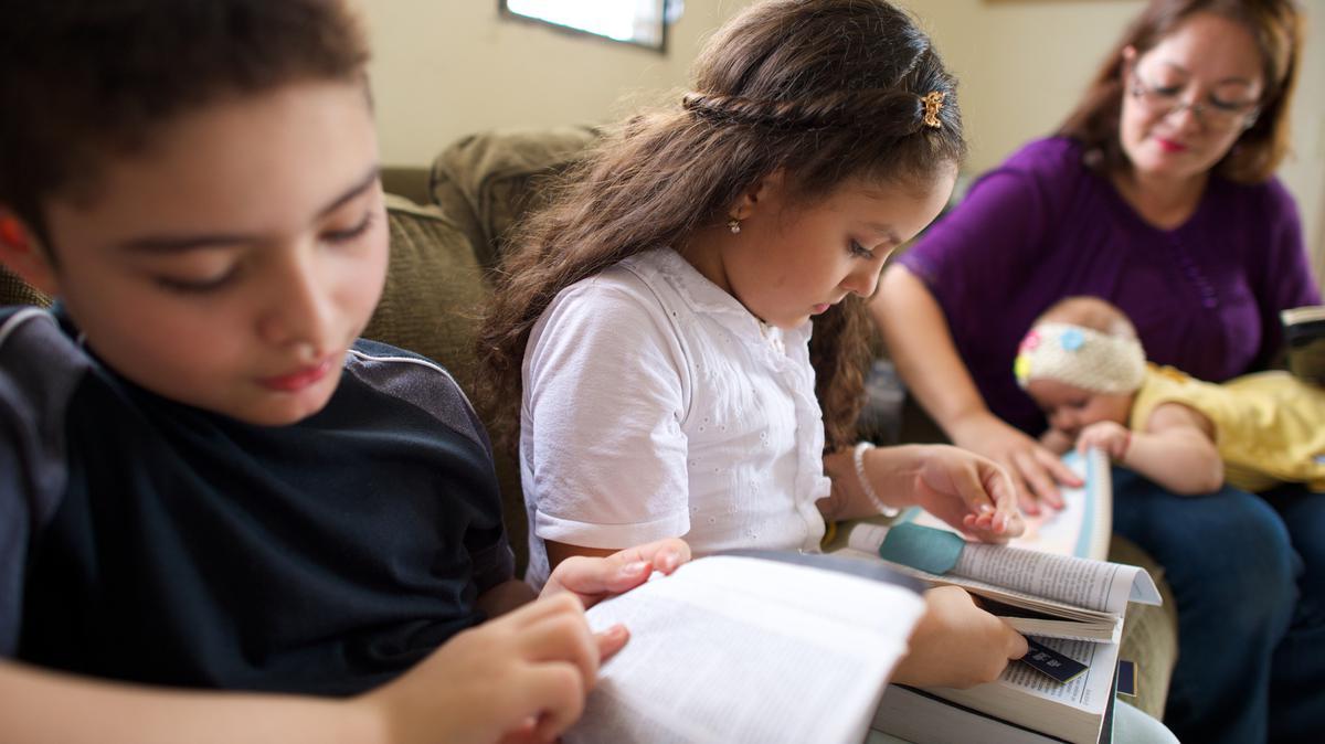 Niños leyendo Libro de Mormón