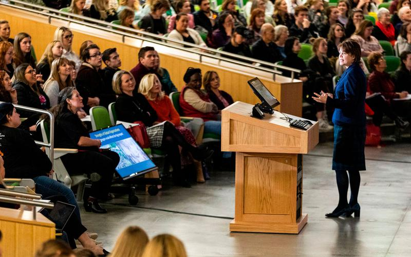 La Hermana Sharon Eubank Alienta a las Mujeres a Marcar la Diferencia