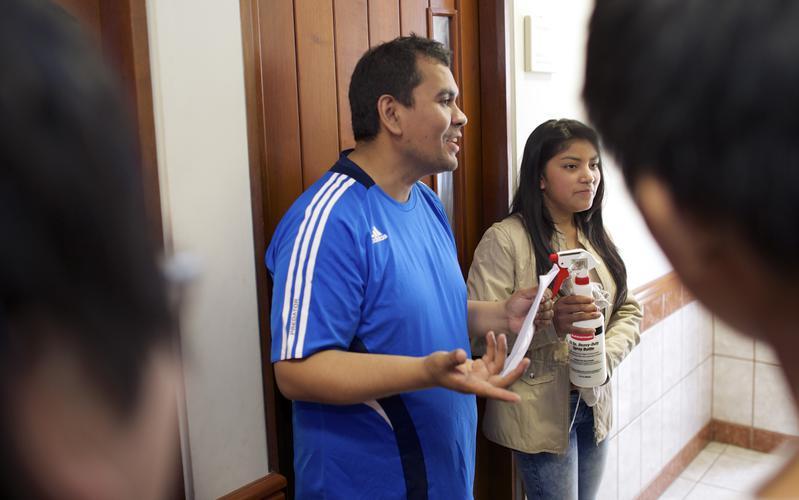 Un representante del barrio SUD se encarga de un grupo de voluntarios para cuidar y limpiar la capilla.