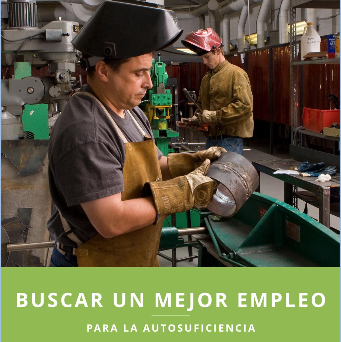 Un hombre SUD trabajando en una fábrica.
