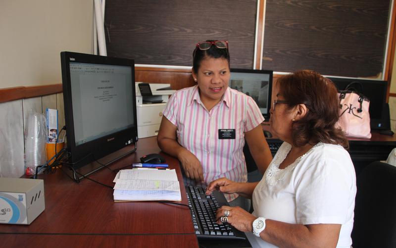 Una voluntaria misionera SUD ayudando en el Centro de Recursos de Autosuficiencia