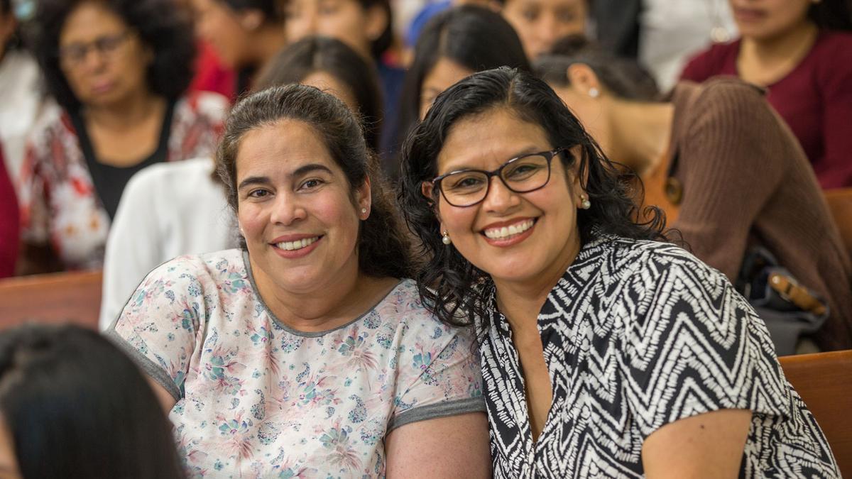Dos hermanas sonrientes