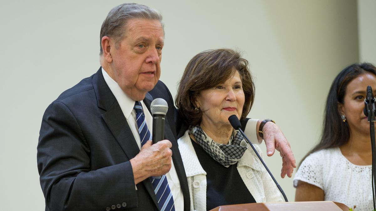 imagen elder holland y esposa en la devocional para casados