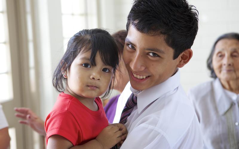 Un joven SUD con su hermana menor