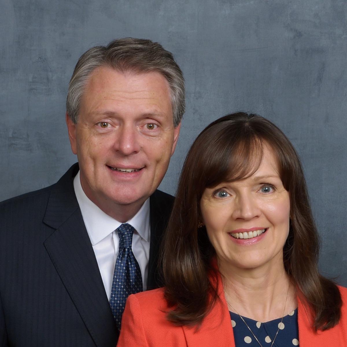 Presidente Hawkins y su esposa de la Misión Bolivia Santa Cruz Norte