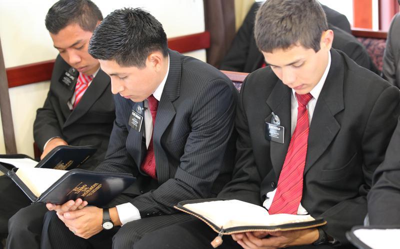 Nuevos misioneros preparándose y leyendo las escrituras