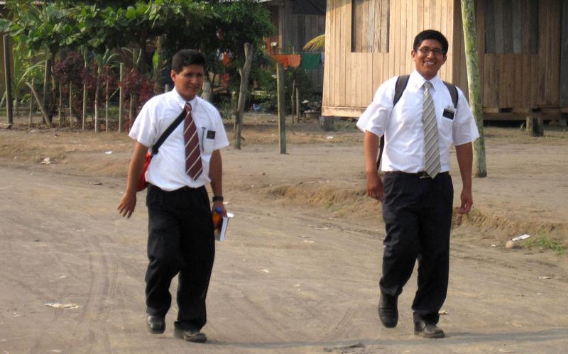 Dos misioneros caminando