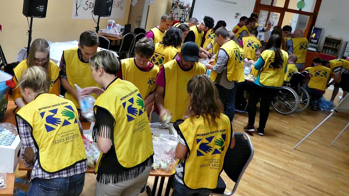 Mladí pripravujú hygienické balíčky