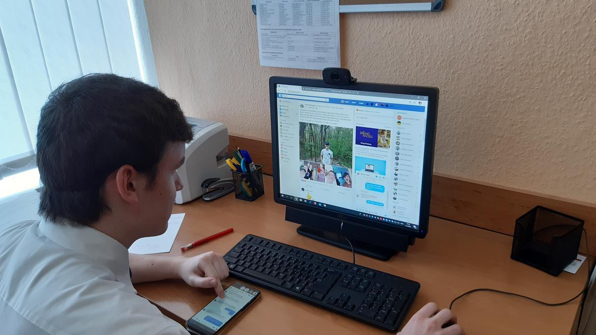 Rovnako ako väčšina misionárov po celom svete pracuje starší Thomas so svojim spoločníkom behom pandémie cez internet.