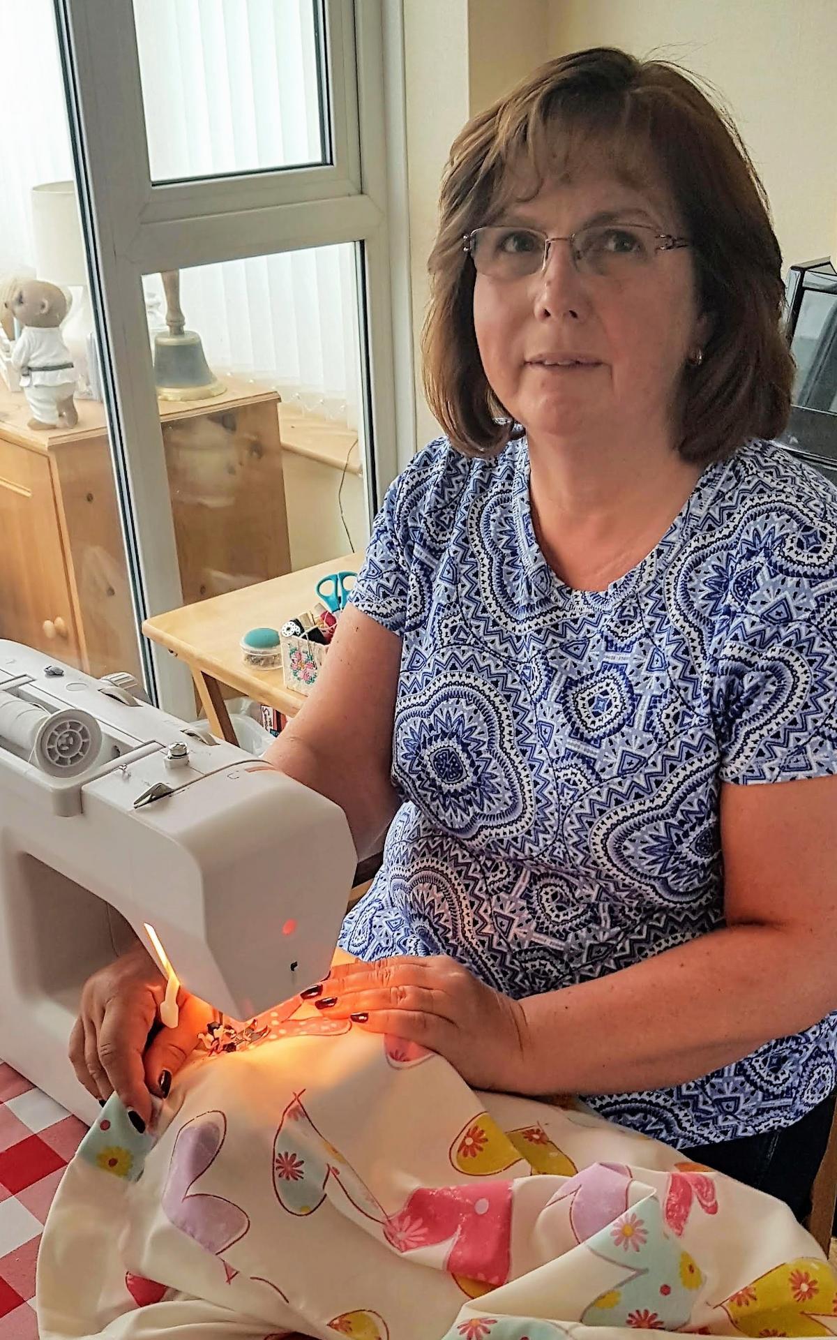 Karen Suttonová šije vrece na bielizeň pre zdravotníckeho pracovníka