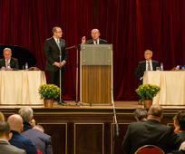 Apoštol Cook hovorí k členom Cirkvi Ježiša Krista v Prahe