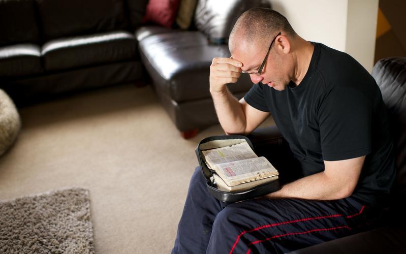 Еженедельные изучения Писаний для не состоящих в браке взрослых (46 лет и старше)