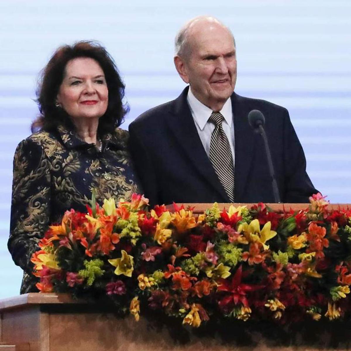 Presidente Nelson e sister Nelson durante o devocional em SP