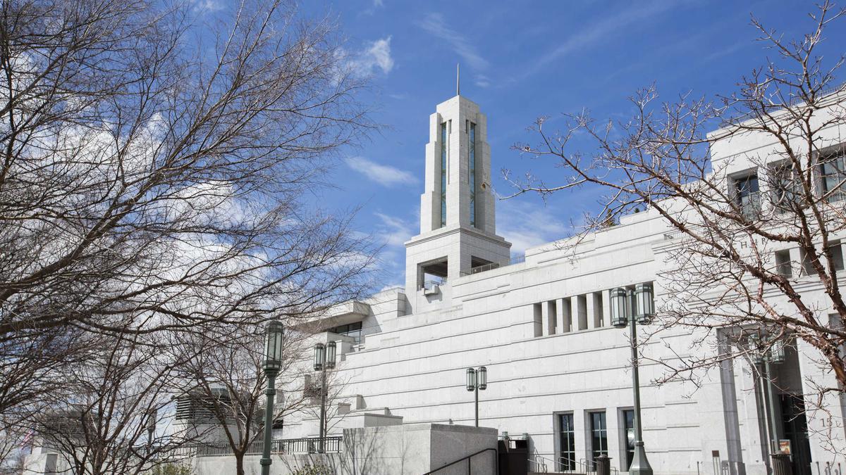 A Primeira Presidência transmitirá cada uma das sessões a partir de um pequeno auditório na Praça do Templo. A música para a conferência foi gravada previamente.