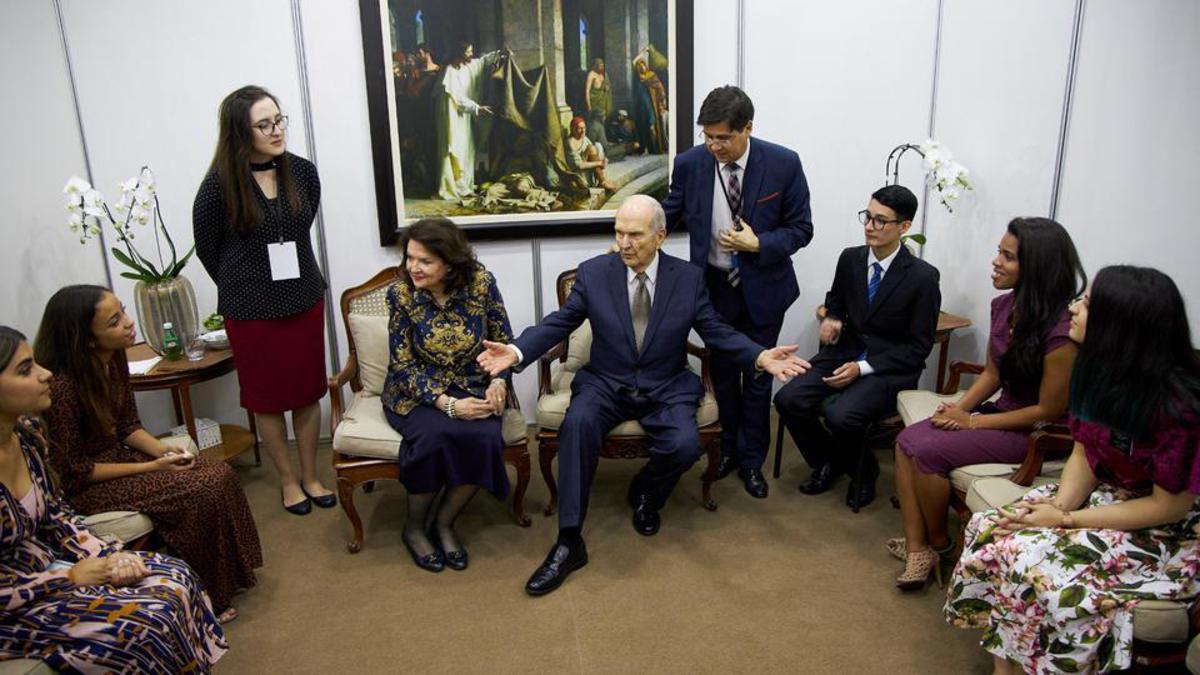 Jovens da igreja reuniram-se com o profeta antes do devocional