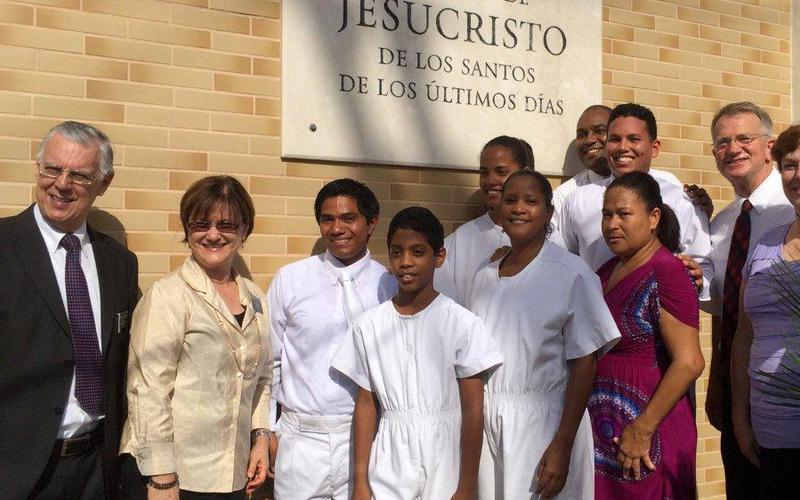 Elder y hermana Mortensen junto al Presidente y la hermana de la Mision Republica Dominicana, Santo Domingo Hernandez y miembros.jpg