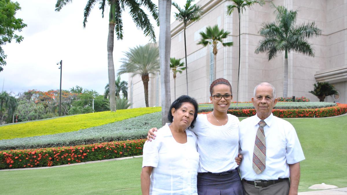 Hermano y Hermana Merejo con su nieta Jenny Merejo que actualmente sirve una mision en Mexico.JPG