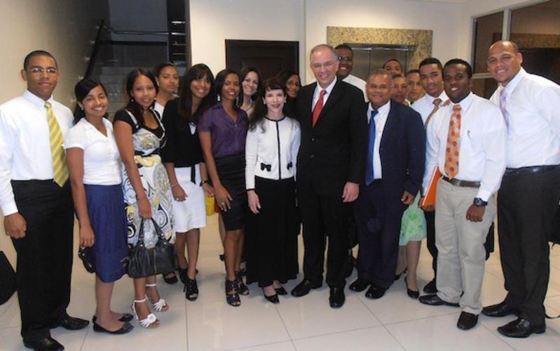 élder Neil L. Andersen, esposa Katy, el élder Jorge Dominguez, Setenta de Área, esposa Jacky, con varios jóvenes Adultos solteros de Santiago.jpg