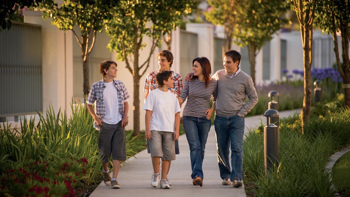eine Familie geht spazieren