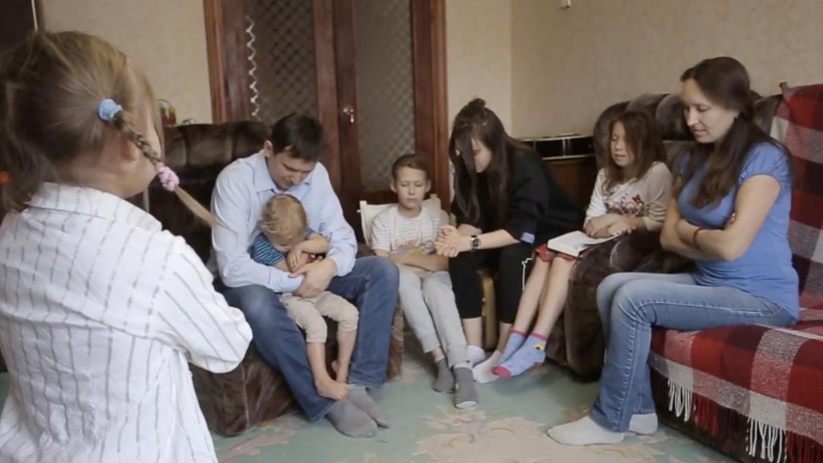Уделять время семейной молитве и семейному изучению Священных Писаний