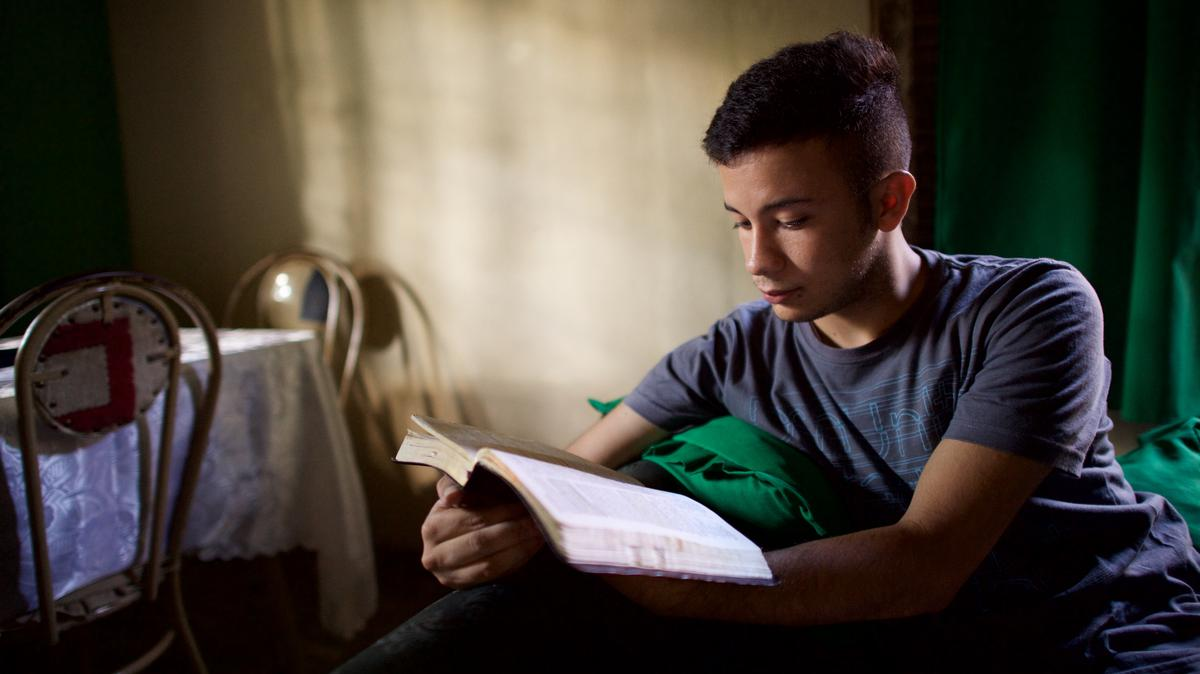 Noormees pühakirju lugemas